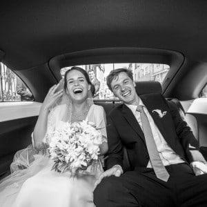 Les mariés lors du trajet en voiture
