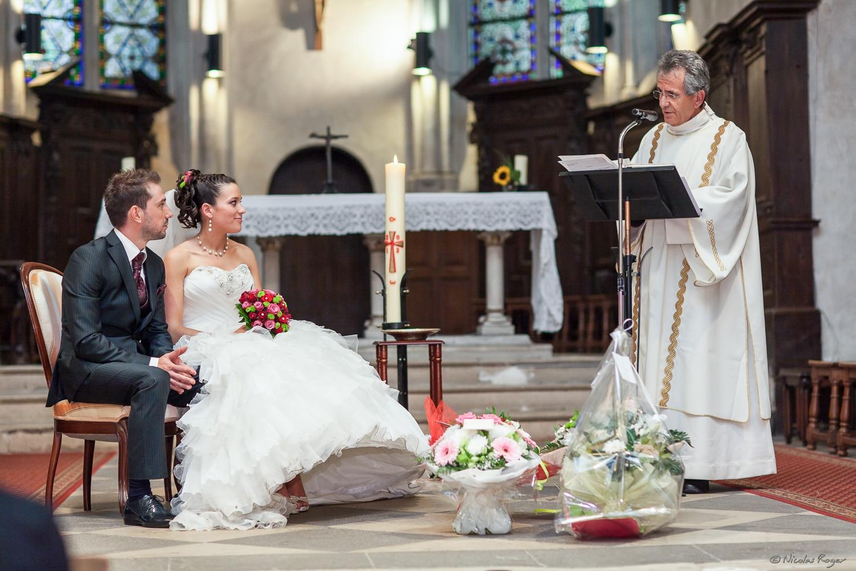 Cérémonie à l'église – Les mariés face au prêtre