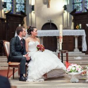 Cérémonie à l'église - Les mariés face au prêtre