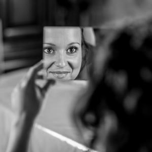 Jeu de miroir pendant la préparation de la mariée