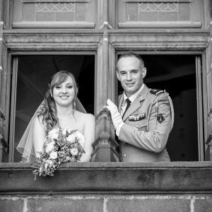 Les mariés saluent par la fenêtre