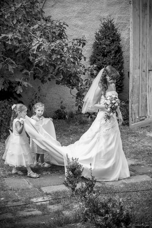 Photographie de la mariée et de deux petites filles