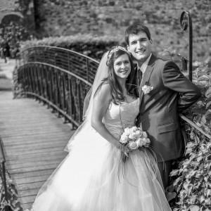 Les mariés devant un pont