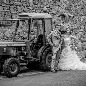 Les mariés posent devant un tracteur