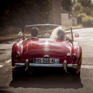 Départ des mariés dans une voiture ancienne