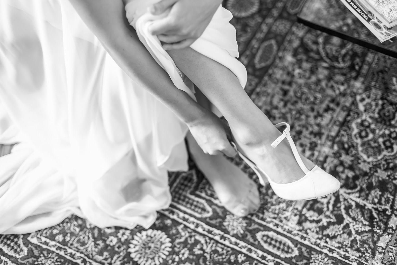 La mariée attache ses chaussures