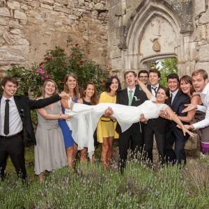 Porté de la mariée par le marié et leurs amis