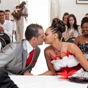 Fin de la cérémonie à la mairie : les mariés s'embrassent
