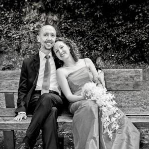 Les mariés sur un banc