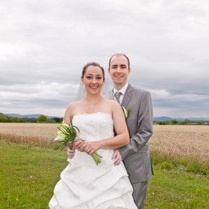 Pose du couple devant un champ