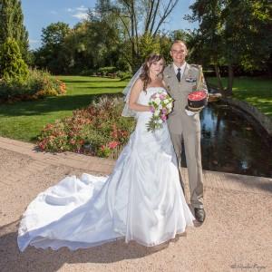 Classique photographie des mariés posant en extérieur