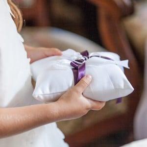 Coussin avec les alliances de mariage