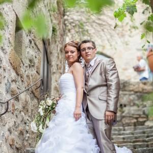 Les mariés posent dans les escaliers