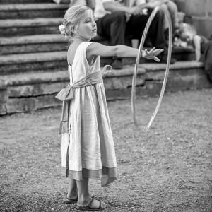 Fillette jouant au cerceau