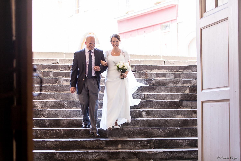 La mariée descend les marches de l'église