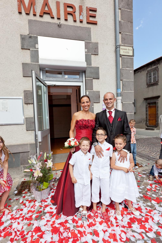 Les mariés posent avec les enfants
