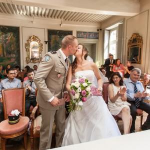 Baiser des mariés à l'issue de la cérémonie