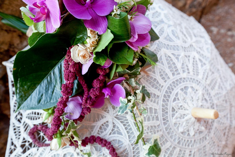 Ombrelle de la mariée et fleurs