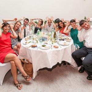 Les invités s'amusent au repas