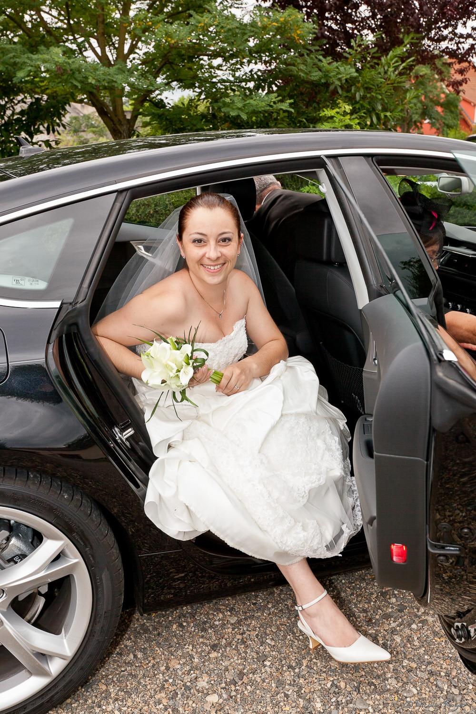 La mariée descend de la voiture
