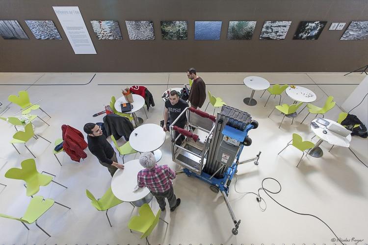 Photographie durant un accrochage d'exposition à Clermont-Ferrand