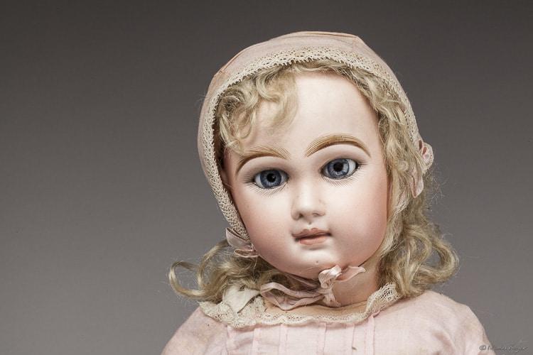 Photographie de portrait d'une poupée ancienne