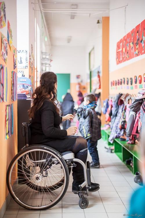 Photographie d'une institutrice en fauteuil roulant