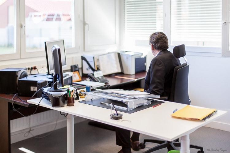 Photographie d'un chef d'établissement au travail