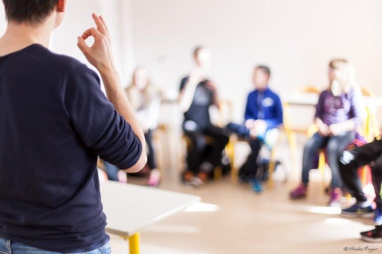Photographie d'un cours en langage des signes