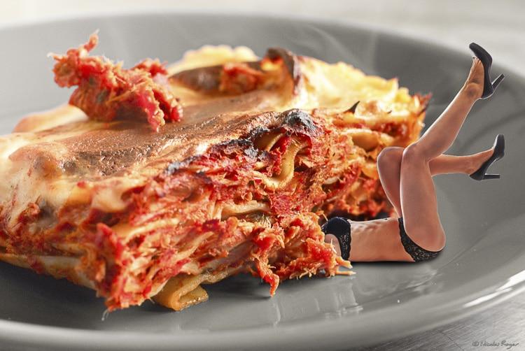 Femme écrasée par une lasagne