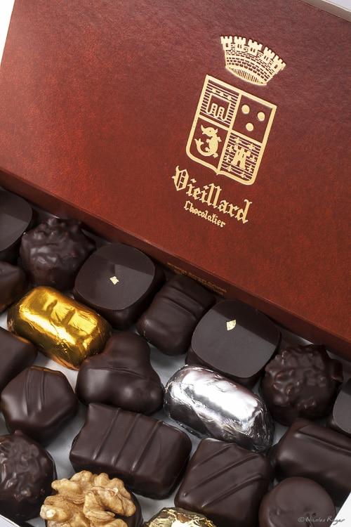 Photographie de détail d'un ballotin de chocolats