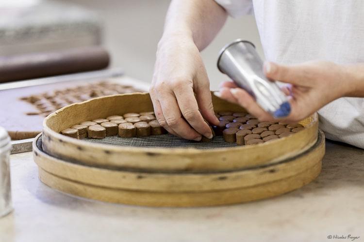 Découpe à l'emporte-pièce d'intérieurs pour chocolat