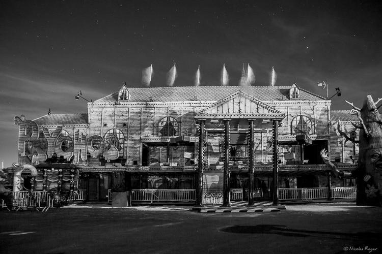 Photographie en noir et blanc d'une attraction de fête foraine
