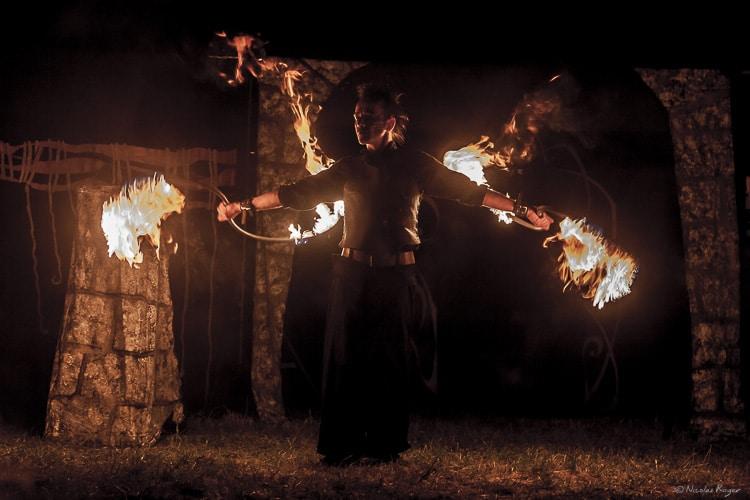 Artiste durant un spectacle de feu pour une fête médiévale.