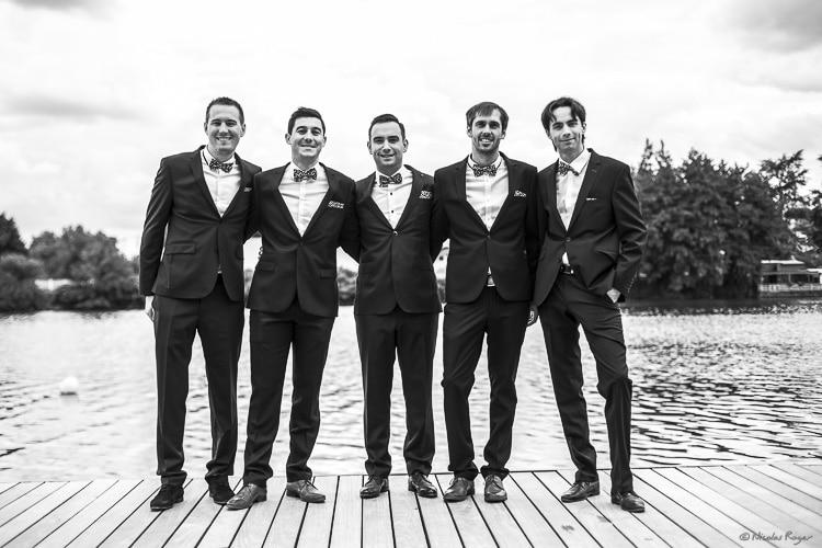 Photographie d'invités masculins durant un mariage
