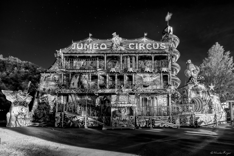 Fête foraine de nuit par un artiste photographe