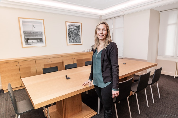 Photographie d'une collaboratrice dans un cabinet d'avocat