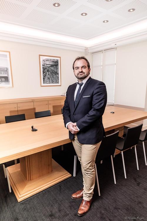 Portrait d'un avocat dans sa salle de réunion