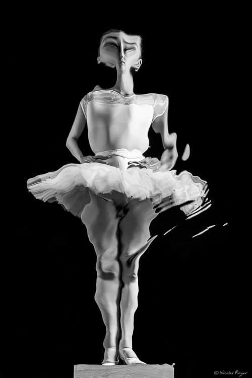 Oeuvre artistique eau et danseuse