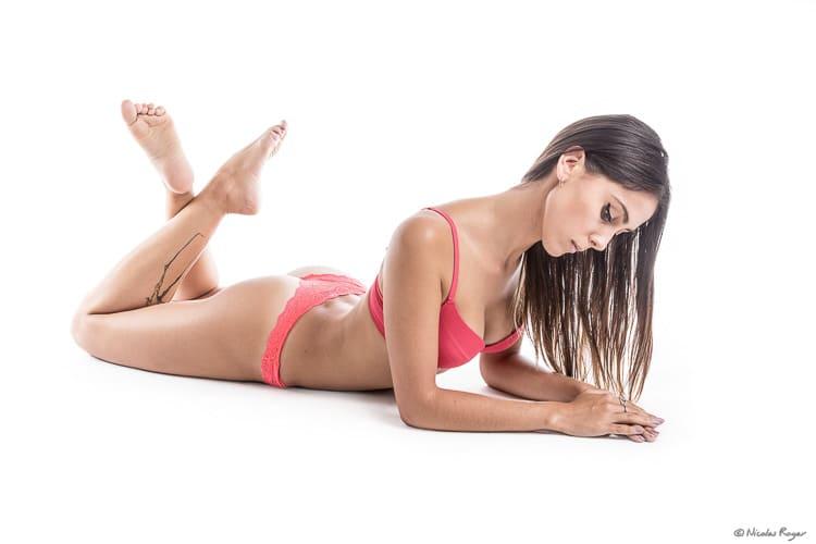 Photographie d'une jeune femme dans une lingerie de couleur rouge